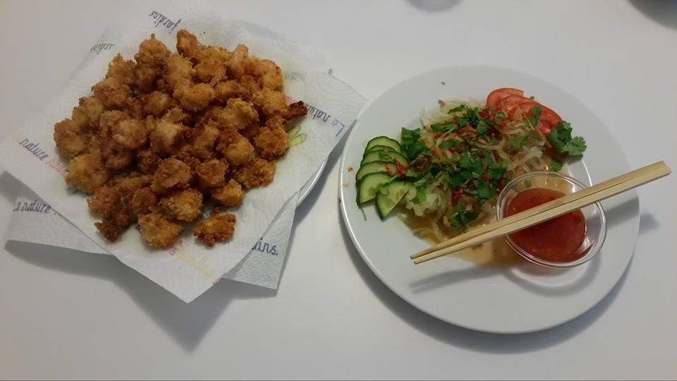 Beignets de crevettes et salade de papaye verte