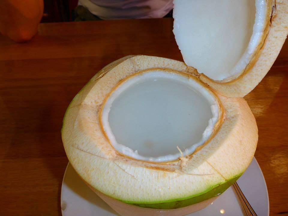 Jus de coco frais avec chair à gratter
